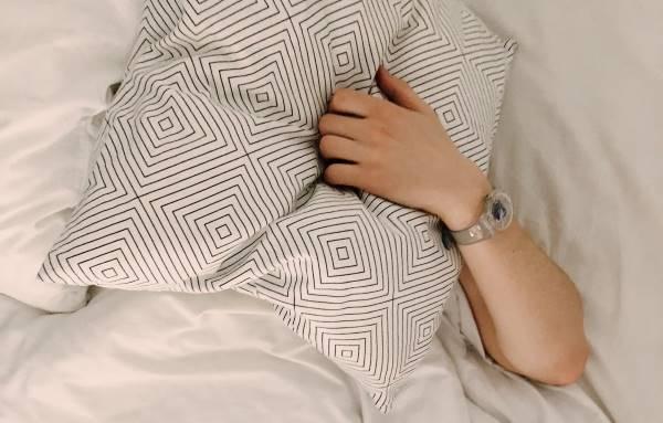 La tête sous un oreiller pour ne plus entendre les ronflements